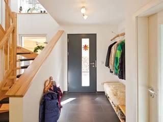 Couloir, entrée, escaliers ruraux par FingerHaus GmbH - Bauunternehmen in Frankenberg (Eder) Rural