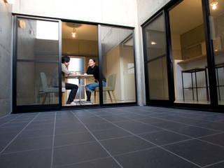 Modern windows & doors by アトリエ・バウ 1級建築士事務所 Modern