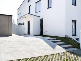 MY COUSINS HOUSE Moderne Häuser von MARTIN MOSTBÖCK Modern