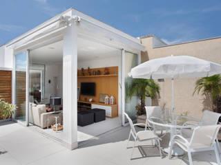 Balcon, Veranda & Terrasse modernes par Carolina Mendonça Projetos de Arquitetura e Interiores LTDA Moderne