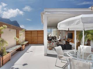 Modern terrace by Carolina Mendonça Projetos de Arquitetura e Interiores LTDA Modern