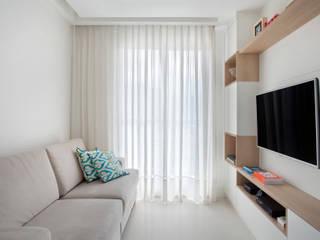 Salas / recibidores de estilo  por Carolina Mendonça Projetos de Arquitetura e Interiores LTDA