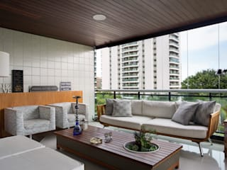 Балкон и терраса в стиле модерн от Carolina Mendonça Projetos de Arquitetura e Interiores LTDA Модерн