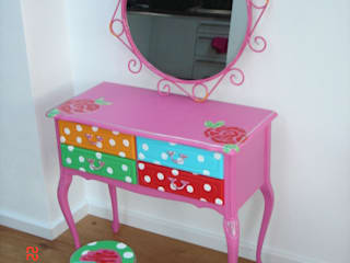 Bijzondere meubels naar wens beschilderd, voor zowel jong en oud.: modern  door Happykidsart, Modern