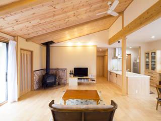 薪ストーブのあるリビング: 志賀建築設計室が手掛けたです。