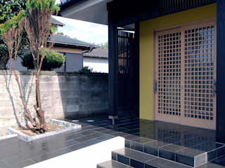 Eclectic windows & doors by 志賀建築設計室 Eclectic