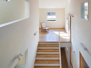 家族をつなぐスキップフロアの家 モダンスタイルの 玄関&廊下&階段 の 小田達郎建築設計室 モダン