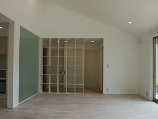 K-House(Living): 岩成尚建築事務所が手掛けたリビングです。