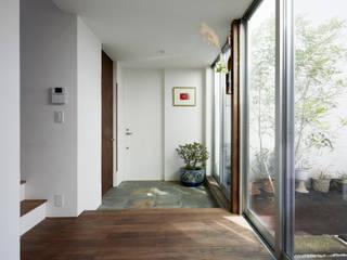 鎌倉の家 旗竿敷地に建つ中庭のある家 和風の 玄関&廊下&階段 の エトウゴウ建築設計室 和風