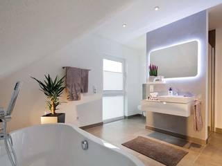 Baños de estilo moderno de FingerHaus GmbH - Bauunternehmen in Frankenberg (Eder) Moderno