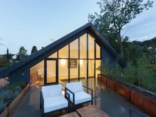 Modern balcony, veranda & terrace by von Mann Architektur GmbH Modern