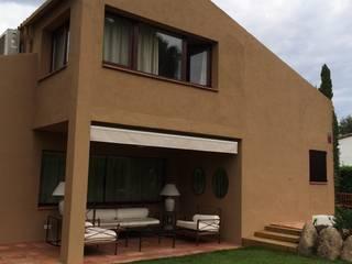 Fachada posterior al jardín. Porche: Casas de estilo  de DE DIEGO ZUAZO ARQUITECTOS