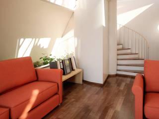 Tyronset house - soggiorno 03: Soggiorno in stile  di Fisheye Studio di Paolo Mazzoccato