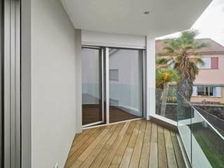 BELLO Y MONTERDE arquitectos Balcones y terrazas modernos