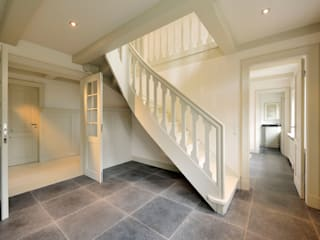 Classic corridor, hallway & stairs by Ralph Justus Maus Architektur Classic