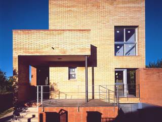 Acceso y fachada a calle.: Casas de estilo  de AGUA_architects