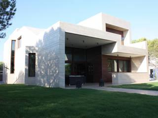 Fachada sur Casa Zaranda : Casas de estilo  de LAR arquitectura