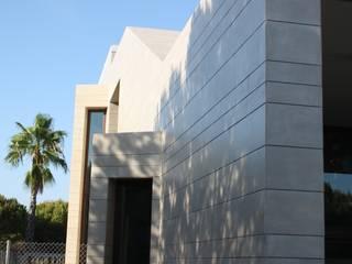 Fachada Oeste Casa Zaranda: Casas de estilo  de LAR arquitectura