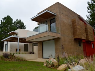 Habitación con terraza volada. Muros de concreto aparente entintado: Casas de estilo moderno por Revah Arqs