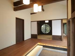 「牟礼の家」(古民家リノベーション)  玄関: 株式会社 創芸が手掛けたクラシックです。,クラシック