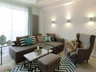 Mieszkanie z cegłą w tle Nowoczesny salon od FAJNY PROJEKT Nowoczesny