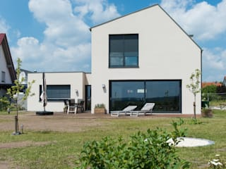 Gartenansicht: moderne Häuser von herbertarchitekten Partnerschaft mbB