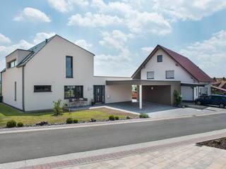 Straßenansicht: moderne Häuser von herbertarchitekten Partnerschaft mbB