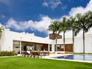 Modern pool by Ana Paula e Sanderson Arquitetura Modern