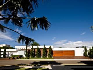 Casa Térrea: Casas  por Ana Paula e Sanderson Arquitetura,Moderno
