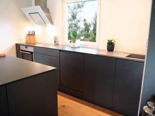 Küche ohne Hängeschränke- grifflos:   von Lico Design