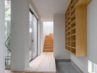 Couloir, entrée, escaliers minimalistes par 萩原健治建築研究所 Minimaliste