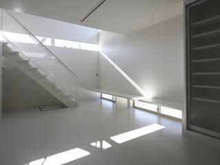 Moderne woonkamers van C-design吉内建築アトリエ Modern