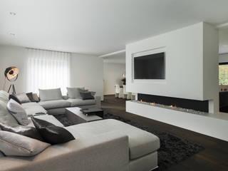 Eigentijds wonen in een rietgedekte villa Moderne woonkamers van Lab32 architecten Modern