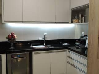 Apartamento Cozinhas modernas por Daniela Coutinho Arquitetura e Interiores Moderno