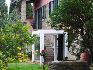 Tra i limoni in Toscana: Terrazza in stile  di VIVERE IL FUORI