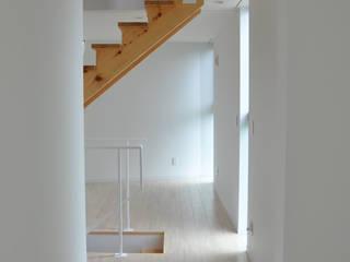 2階リビング: 清正崇建築設計スタジオが手掛けた玄関・廊下・階段です。