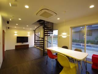 WORKS HOUSE: 徳永建築事務所が手掛けたリビングです。