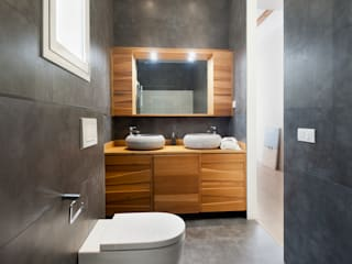 Markham Stagers Modern bathroom Wood
