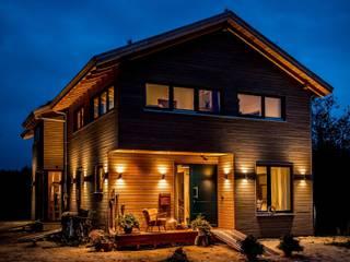 Moderner Landhausstil - Fassade mit Douglasienholzverschlaung:  Häuser von architektur. malsch - Planungsbüro für Neubau, Sanierung und Energieberatung
