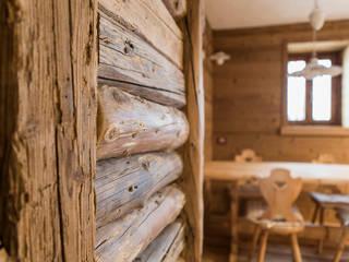 Chalet Sala da pranzo in stile rustico di RI-NOVO Rustico