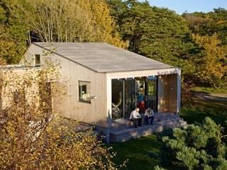 Timber Clad Exterior Casas de estilo escandinavo de Collective Works Escandinavo