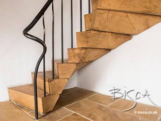Rustic Barn Staircase Bisca Staircases Pasillos, vestíbulos y escaleras de estilo rústico
