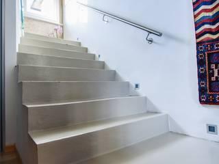 ESSENZIALITA' Studio Prospettiva Ingresso, Corridoio & Scale in stile moderno