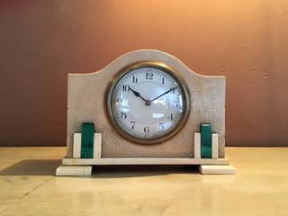 Orologio da tavolo in galuchat - Table clock in galuchat:  in stile  di Galleria Michel Leo