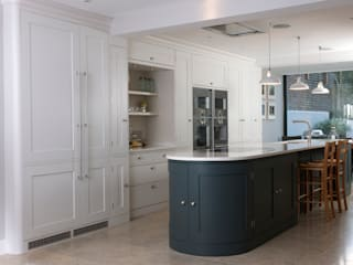 Holland Park Kitchen: classic Kitchen by Tim Moss Ltd