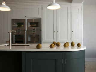 Holland Park Kitchen by Tim Moss Ltd Classic