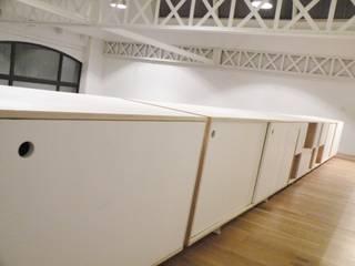 Aménagement sur-mesure d'un loft roubaisien L'Atelier de la Menuisière Couloir, entrée, escaliers modernes