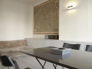Aménagement sur-mesure d'un appartement parisien L'Atelier de la Menuisière Salon moderne