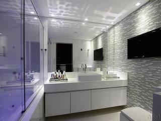 BANHEIRO DO CASAL : Banheiros  por Tony Jordão arquitetura e interiores