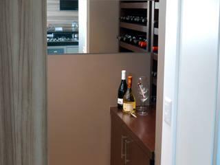 Adega integrada a cozinha/espaço gourmet: Adegas  por Flavia Caldeira Bruno Arquitetura e Interiores